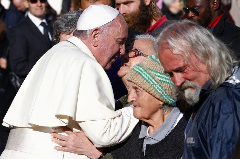 Papa à Caritas: pobres, nosso passaporte para o paraíso