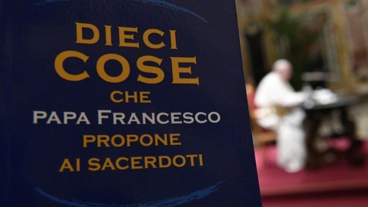 Padre mundano também escandaliza, diz Francisco a seminaristas lombardos