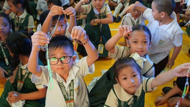 Um milhão de crianças rezam pela paz no mundo